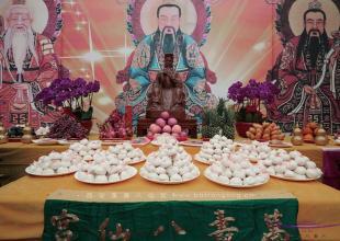 西安八仙宫举行吕祖圣诞1221周年敬献寿桃活动